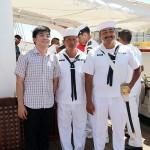 訪問客と記念写真に収まる人懐っこいメキシコ人船員たち