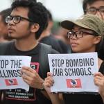 プラカードを掲げてドゥテルテ政権に抗議する若者たち