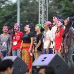 ステージで歌を披露する若者たち