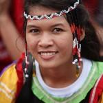 少数民族の衣装で集会に参加した女性