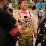 超法規的殺人の犠牲者の恰好で抗議する参会者も