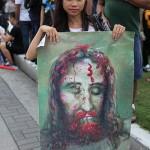 キリストの横断幕を携えた女性