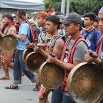 民族楽器を鳴らしながら行進する少数民族の人々