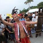 民族衣装で行進する男性