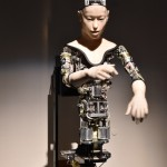 石黒 浩氏/池上 高志氏両名の「Alter」。人間的な動きと機械的な内部の対比