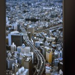吉原 悠博氏の「培養都市」。送電網に依存する東京と、新潟の柏崎刈羽原子力発電所を映像で結ぶ