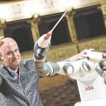 初舞台を前に指揮棒を振るロボット「ユミ」