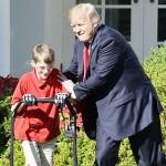 米ホワイトハウスで、11歳の少年が芝刈り