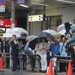 候補者の街頭演説に耳を傾ける聴衆(13日、埼玉県さいたま市)