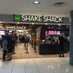 今年6月28日、ロサンゼルス国際空港の第3ターミナル(デルタ航空ターミナル)にオープンしたシェイクシャック。奥のレジまで20人近くの人が並んでいる。