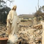 運命を見詰める、山火事跡に残されたマリア像