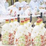 来年はいぬ年、恒例の干支ボトルの生産始まる