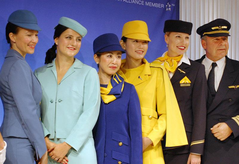 独ルフトハンザ航空のCAがファッションショー