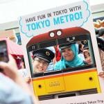 東京メトロのブースで記念写真を楽しむ訪問者