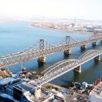 鴨緑江大橋(左)と鴨緑江断橋