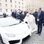 ローマ法王、贈与のランボルギーニを競売へ
