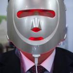 電動美顔器を装着、男性美容がさらに進化