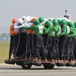 500ccオートバイ1台に58人、定員オーバー?