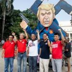 トランプ大統領の肖像前で気勢を上げる左派系グループのリーダーたち