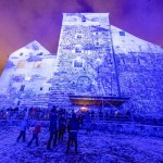 古城もフィンランドの国旗色にライトアップ