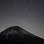 富士山に降り注ぐ「ふたご座流星群」