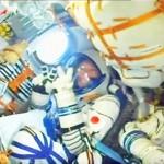 金井宣茂さん雪原から青空へ、宇宙服でVサイン