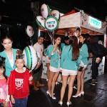 日系企業のオカモトのキャンペーンガールも子どもたちと記念撮影