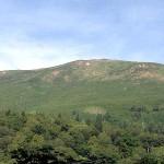 堂々とした山容の至仏山(2,228m)