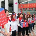 12月18日、総統選の選挙告示後、台北市内にある国民党本部前で行われた初めての選挙活動で女性党員らがPR