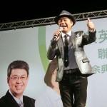 民進党の選挙集会では台湾で有名な黄西田さんも数曲、熱唱した