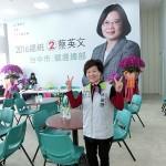 台中市内にある民進党の蔡英文総統候補の選挙本部では林雀薇組織部主任が投票番号2番を表すVサインを示した
