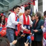 12月18日、総統選の選挙告示後、台北市内にある国民党本部前で行われた初めての選挙活動。国民党の朱立倫総統候補(中央右)と蒋介石の曾孫で同党所属の蒋万安立法委員候補(中央左)が支持者らとにこやかに握手を交わした