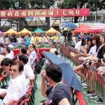 7月1日、香港島湾仔(ワンチャイ)で行われた中国返還17周年の祝賀イベント。アイドル歌手が登場したため、若い女性たちも詰めかけた