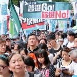 7月1日、真の普通選挙実施を求める民主化デモで普通選挙の実現を求める民主党のプラカードや垂れ幕を掲げる人々