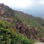 山頂の西側は蛇紋岩の切り立った断崖