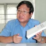 中国国務院(内閣)新聞弁公室が6月10日に突然発表した一国二制度白書を手に白書の意義を説明する親中派団体「愛港之声」の高達斌主席
