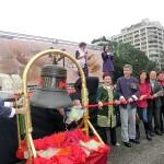 台北市内で行われた平和茶話会で平和の鐘を鳴らす呂秀蓮元副総統ら呼びかけ人メンバー