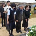 顕彰碑に献花する遺族ら