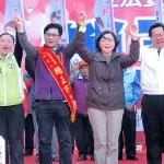 桃園市の趙正宇立法委員候補の応援で演説する民進党総統候補の蔡英文党主席(右から2番目)