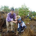 日本から参加の稲葉研二さんと現地のボランテァの女性がペアで植林