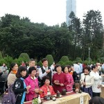 台北市内で行われた平和茶話会で茶会後に記念撮影する人々