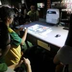 7月2日、香港の尖沙咀(チムサーチョイ)にある六四記念館(天安門事件記念館)で事件の犠牲者の遺体画像を見せながら若者たちに説明する館員