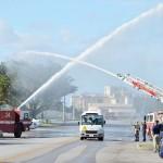 参加者を乗せたバスは嘉手納基地消防署の消防車両による放水アーチの中を通り抜けた