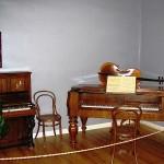 シベリウスが誕生したハメーンリンナの家はシベリウスが使用した楽器が展示されている