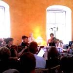 シベリウスが家族で1887年の夏に過ごした群島の一つコルポの貸別荘で開かれたシベリウス・コンサート。演奏者はオーストリアからやってきた。