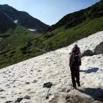 室堂から一の越へ向かう途中、雪渓を渡る