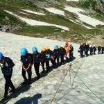 修学登山で立山に上る富山県内の小学6年生たち