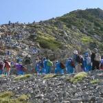 一の越から立山主峰の雄山を目指して登る富山県内の小学6年生たち