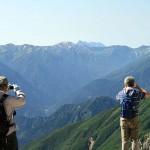 一の越から槍ヶ岳を遠望する登山者