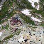 立山主峰の雄山から見下ろした一の越の山荘